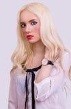 Schönes blondes Mädchen mit perfektem bilden Lizenzfreie Stockbilder