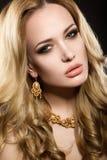 Schönes blondes Mädchen mit perfekter Haut Lizenzfreies Stockfoto