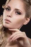 Schönes blondes Mädchen mit perfekter Haut Lizenzfreie Stockfotos