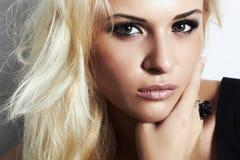 Schönes blondes Mädchen mit rauchigem Make-up eyes.beauty woman.professional Stockbilder