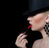 Schönes blondes Mädchen mit rotem Lippenstift Stockfotografie