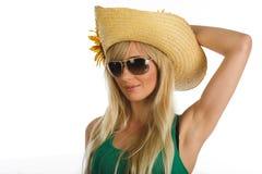 Schönes blondes Mädchen mit Sommerhut Stockbilder