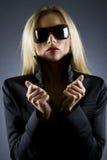 Schönes blondes Mädchen mit Sonnenbrillen Lizenzfreie Stockfotografie