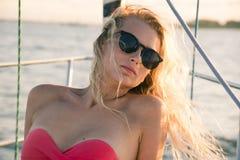 Schönes blondes Mädchen mit Sonnenbrillen Stockfoto