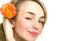 Schönes blondes Mädchen mit stieg in ihr Haar lizenzfreie stockbilder
