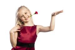 Schönes blondes Mädchen mit stieg in Mund Stockbild