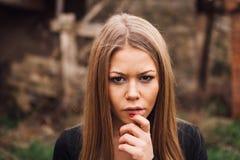 Schönes blondes Mädchen mit traurigem Ausdruck Stockfoto