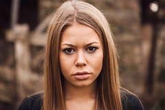 Schönes blondes Mädchen mit traurigem Ausdruck Lizenzfreies Stockbild