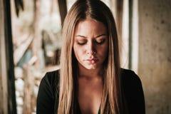 Schönes blondes Mädchen mit traurigem Ausdruck Stockfotografie