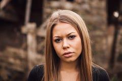 Schönes blondes Mädchen mit traurigem Ausdruck stockbild