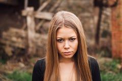 Schönes blondes Mädchen mit traurigem Ausdruck Lizenzfreie Stockfotografie
