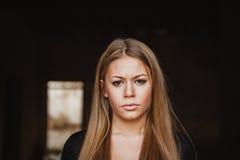 Schönes blondes Mädchen mit traurigem Ausdruck Stockfotos
