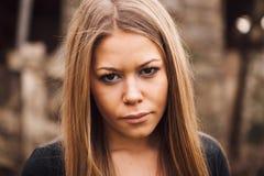 Schönes blondes Mädchen mit traurigem Ausdruck Lizenzfreies Stockfoto