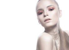 Schönes blondes Mädchen mit weißer Haut, dem glatten Haar und einem rosa glänzenden Make-up Schönes lächelndes Mädchen Stockfoto