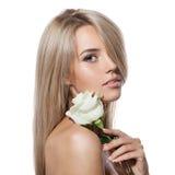 Schönes blondes Mädchen mit weißer Rose Lizenzfreie Stockbilder