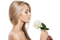 Schönes blondes Mädchen mit weißer Rose Stockfotografie