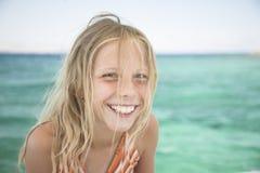 Schönes blondes Mädchen, natürliches Portrait, Lachen vorbei Stockfoto