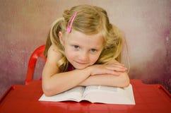 Schönes blondes Mädchen und Bücher Lizenzfreie Stockfotos