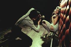 Schönes blondes Mädchen und Fotograf Stockfotos