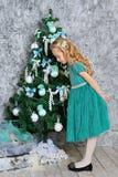 Schönes blondes Mädchen und Weihnachtsbaum Lizenzfreie Stockfotos