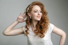 Schönes blondes Mädchenmodell mit großen blauen Augen und gewellter Frisur Lizenzfreies Stockbild