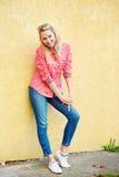Schönes blondes Mädchenporträt auf der Straße Stockfotografie