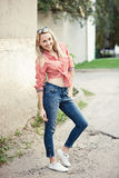Schönes blondes Mädchenporträt auf der Straße Lizenzfreie Stockbilder