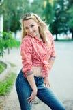 Schönes blondes Mädchenporträt auf der Straße Lizenzfreies Stockfoto