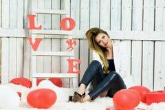 Schönes blondes Mädchenporträt auf Valentinsgrüßen DA lizenzfreie stockbilder
