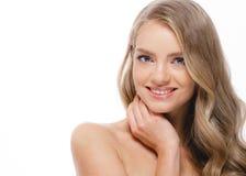 Schönes blondes Mädchenporträt, Frauengesicht mit perfektem gelocktem ha Lizenzfreies Stockfoto
