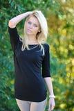 Schönes blondes Mädchenporträt im Freien Lizenzfreies Stockfoto
