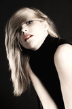 Schönes blondes Mädchenportrait in einem Studio Stockfotos