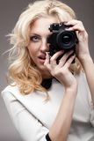 Blondes Mädchen mit Retro Kamera Lizenzfreie Stockfotografie