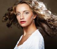 Schönes blondes mit dem herrlichen gelockten Haar Lizenzfreies Stockfoto