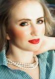 Schönes blondes mit den roten Lippen Lizenzfreies Stockfoto