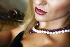 Schönes blondes mit den roten Lippen Stockbild
