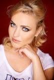 Schönes blondes mit grauen blauen Augen Lizenzfreies Stockfoto