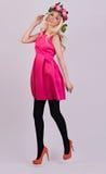 Schönes blondes Modell, das im eleganten Kleid aufwirft Lizenzfreies Stockbild