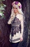 Schönes blondes Modell, das im Kleid aufwirft Lizenzfreie Stockfotos