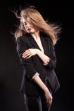 Schönes blondes Modell, das in Mode Art auf schwarzem backgrou aufwirft Stockfoto