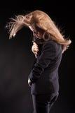 Schönes blondes Modell, das in Mode Art auf schwarzem backgrou aufwirft Stockfotos