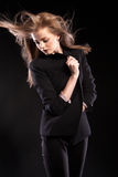 Schönes blondes Modell, das in Mode Art auf schwarzem backgrou aufwirft Lizenzfreies Stockfoto