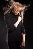 Schönes blondes Modell, das in Mode Art auf schwarzem backgrou aufwirft Lizenzfreie Stockfotos