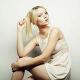 Schönes blondes Modell der Mode Stockbilder