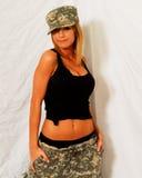 Schönes blondes Modell in der Tarnung Stockfotografie