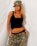 Schönes blondes Modell in der Tarnung Stockfoto