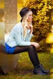 Schönes blondes Modell im Kleid draußen Stockbilder