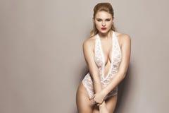 Schönes blondes Modell im Studio Stockbild