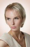 Schönes blondes Modell mit den Sommersprossen, die weg von der Kamera schauen Lizenzfreies Stockbild