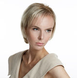 Schönes blondes Modell mit den Sommersprossen, die weg von der Kamera schauen Lizenzfreie Stockfotografie